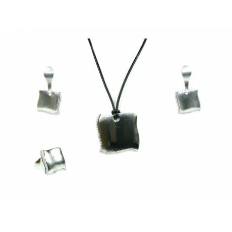 Štvorcová súprava, náušnice, náhrdelník a prsteň z porhodiovaného špeciálného zlatníckeho kovuvykladaná krištáľmi.