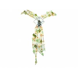Strieborný náhrdelník s krištáľmi rôznych tvarov. Šperk siaha hlbšie do dekoltu.