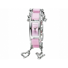 Paris Hilton hodinky s obdĺžnikovým ciferníkom zdobené príveskami.