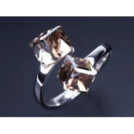 Strieborný prsteň so Swarovski Elements krištáľmi.