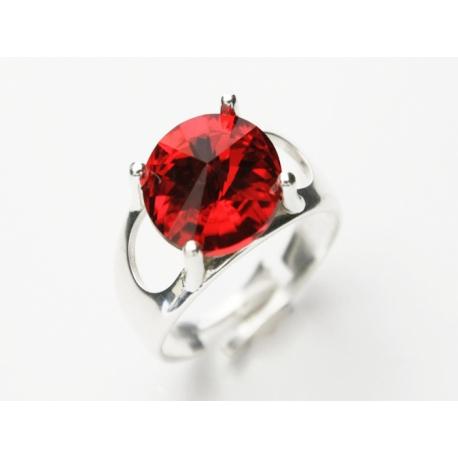 Strieborný prsteň so Swarovski Elements krištáľom. Veľkosť prsteňa sa dá nastaviť.